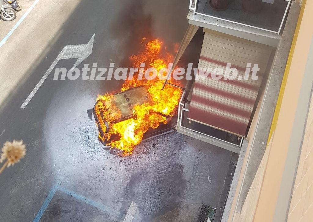 ROMA: Auto va a fuoco in Via Catalani.