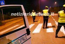 Ubriaco su un'auto con sole tre ruote a Torino, fermato dai vigili urbani.